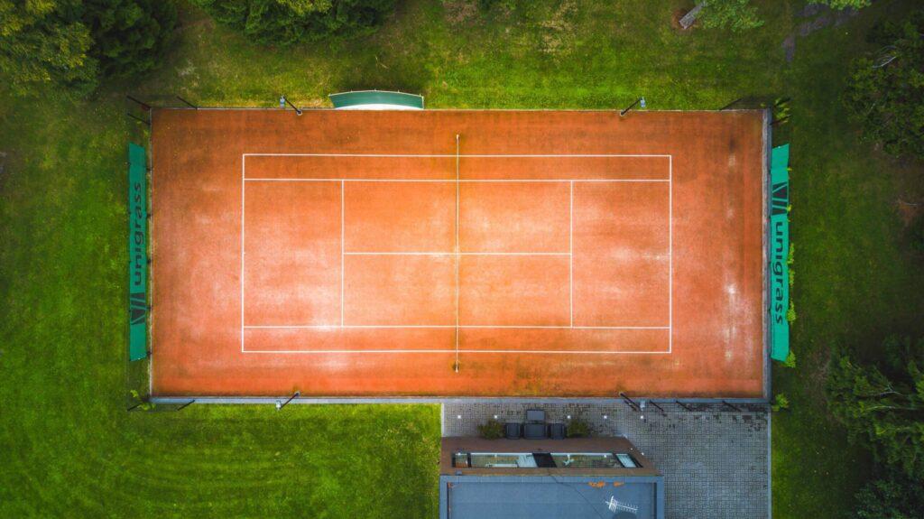 tenniseväljaku ehituse planeerimine - Kunstmurukattega tenniseväljaku droonifoto