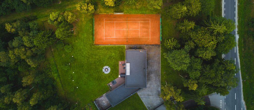 Tenniseväljaku ehitus :Punase tenniseväljakuga maja droonifoto