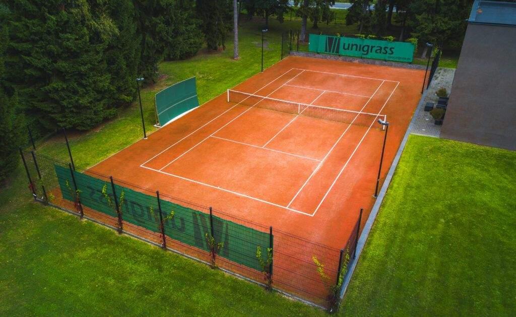 Väljakukate - Põrkeseina ja kunstmurukattega punane tenniseväljak