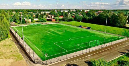 Kunstmuru kattega jalgpalliväljak