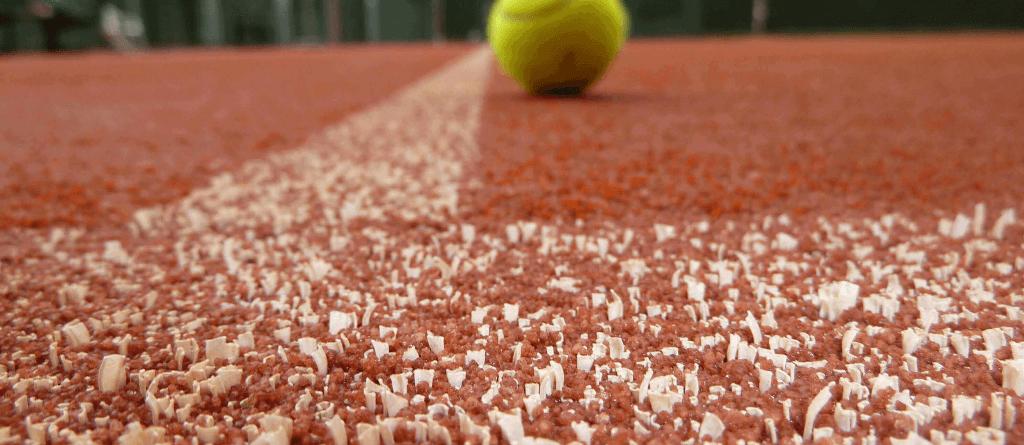 Tennisepall Advantage Red Cour tenniseväljakul