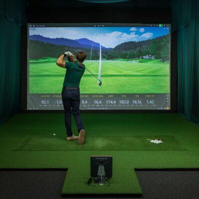 Golfimuru Golf Tee Pro golfisimulaatoris koos mängijaga