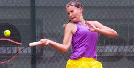 Tüdruk mängib tennist